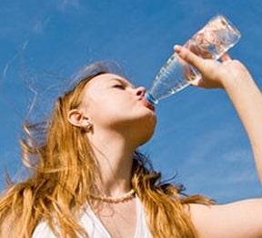 Número 4 em nossos remédios caseiros para a pele seca é beber muita água
