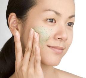 Número 3 em nossos remédios caseiros para a pele seca é esfoliar sua pele