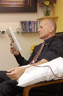 Un paciente se relaja durante su tratamiento con terapia de ozono.